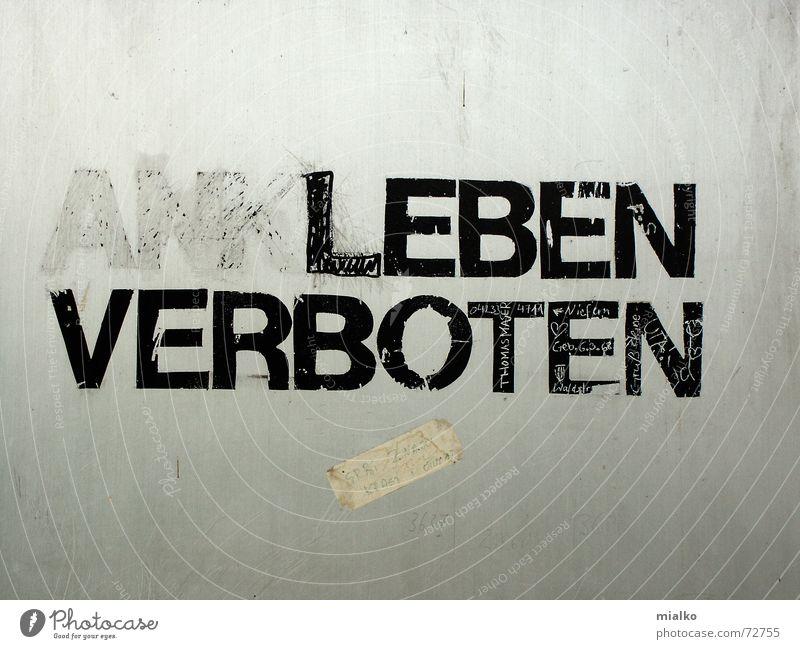 Stadtmitte! Fussgängerzone! Betonwandfläche  Kaufhaus Ladengeschäft Information Fragen Verbote Humor Europa widersetzen Nahaufnahme Schilder & Markierungen