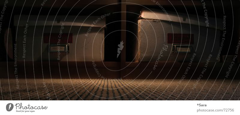 nähkästchen dunkel Kiste Licht Schrank ruhig Karton Traurigkeit trist Regal Schilder & Markierungen Froschperspektive Menschenleer Detailaufnahme