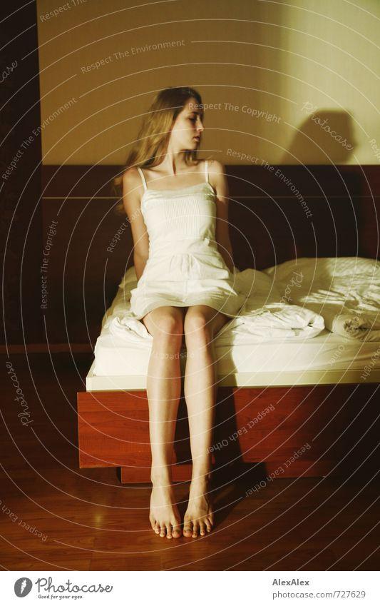 abgewandt Jugendliche schön Junge Frau 18-30 Jahre Erwachsene Gefühle Beine Fuß träumen blond sitzen groß ästhetisch beobachten Kleid Bett