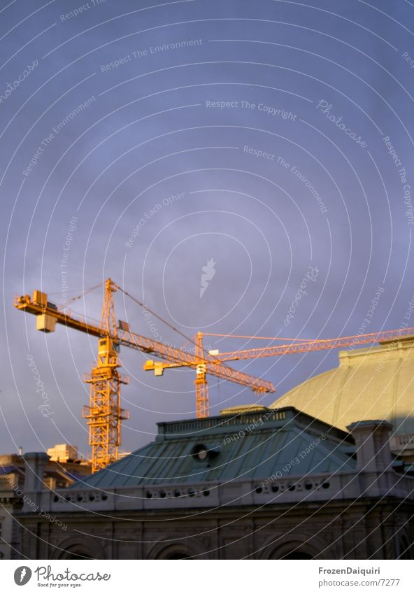 Sacherumbau Himmel Sonne grün blau Wolken gelb dunkel hell Beleuchtung Architektur Dach Kran Wien Oper