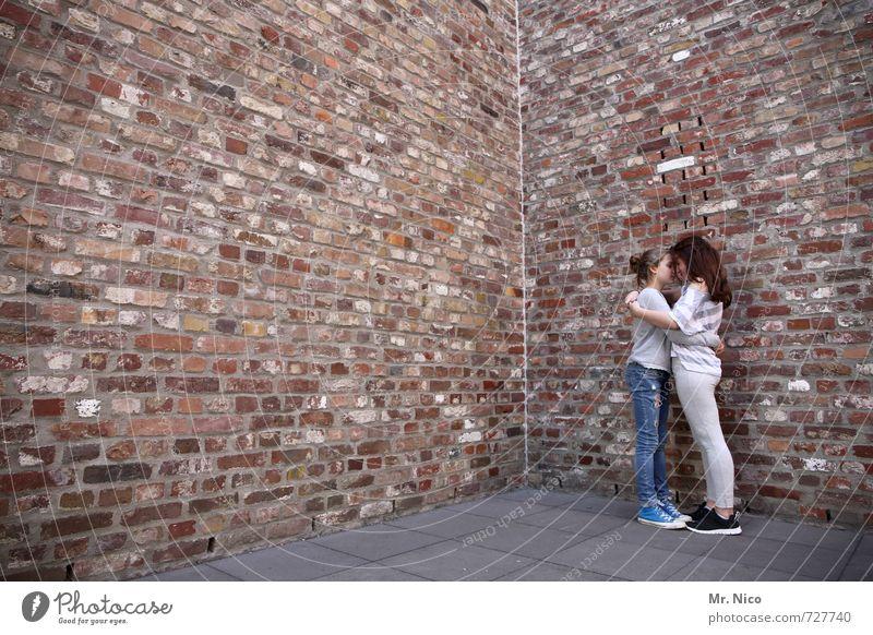 free hugs Lifestyle feminin Mädchen Geschwister 2 Mensch 8-13 Jahre Kind Kindheit Haus Bauwerk Gebäude Architektur Mauer Wand Fassade Mode langhaarig berühren