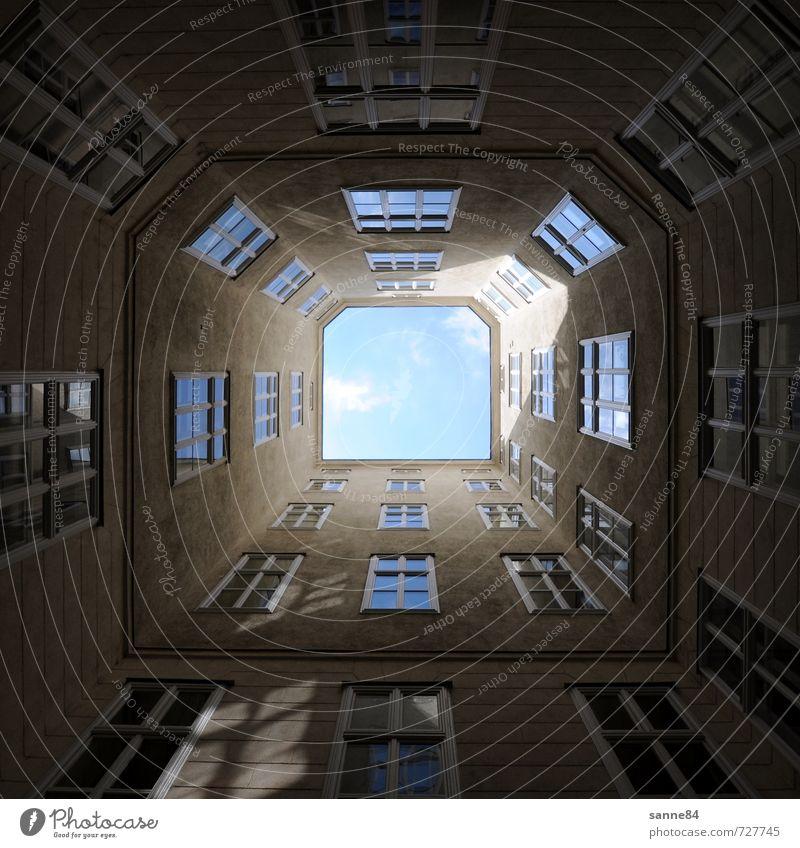 Ausblick Stil Haus Stadt Stadtzentrum Hochhaus Gebäude Architektur Mauer Wand Fassade Fenster Stein Glas dunkel eckig kalt blau grau Platzangst ästhetisch