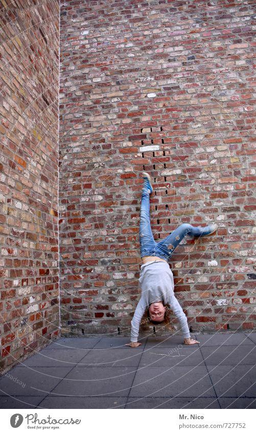 wand hochgehen Spielen feminin Mädchen 1 Mensch 8-13 Jahre Kind Kindheit Haus Industrieanlage Bauwerk Gebäude Architektur Mauer Wand Fassade Jeanshose Pullover