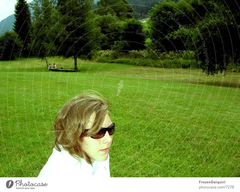 lets see... Junge Frau brünett grün Wiese Sonnenbrille Wald Baum Gras Handtuch weiß Bundesland Tirol Licht hell Gesicht Kontrast brixen Badesee young woman
