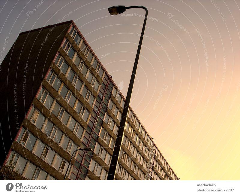 DANCING FOOL ZWEI | hochhaus gebäude architektur Himmel Stadt blau Einsamkeit Wolken Haus dunkel Fenster Leben Architektur Traurigkeit Gefühle Gebäude Freiheit