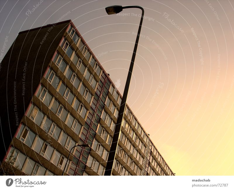DANCING FOOL ZWEI | hochhaus gebäude architektur Himmel Stadt blau Einsamkeit Wolken Haus dunkel Fenster Leben Architektur Traurigkeit Gefühle Gebäude Freiheit fliegen oben