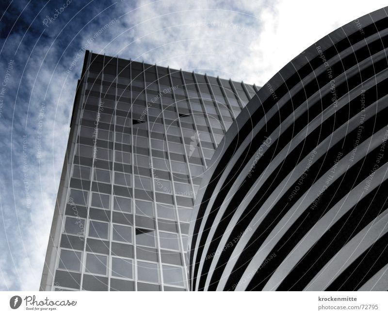 Quader und Säule Himmel Wolken Haus Fenster Gebäude hoch groß Glasfassade emporragend Höhenunterschied
