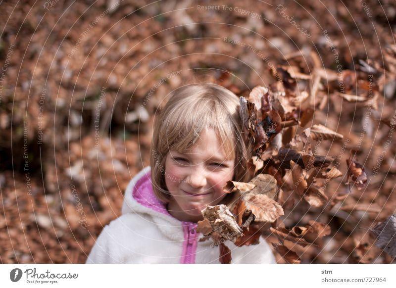 wiederstandskämpferin Mensch Kind Natur Blatt Mädchen Wald Leben Gefühle feminin Spielen Stimmung Freizeit & Hobby Kraft wandern blond Kindheit