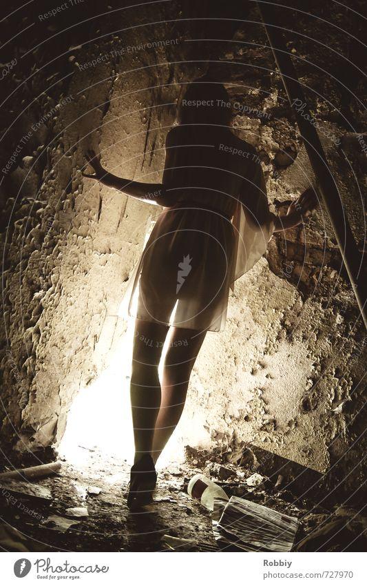 le coin mystérieux I feminin Junge Frau Jugendliche 1 Mensch 18-30 Jahre Erwachsene Mauer Wand Blick stehen bedrohlich dunkel Stadt Einsamkeit Platzangst