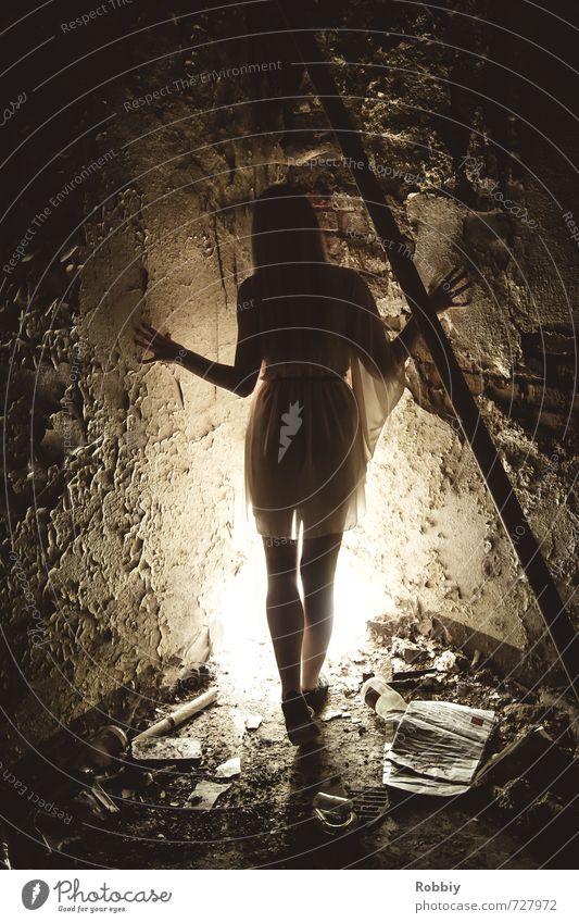 le coin mystérieux II feminin Junge Frau Jugendliche 1 Mensch 18-30 Jahre Erwachsene Mauer Wand stehen bedrohlich dunkel gruselig Stadt Einsamkeit Angst