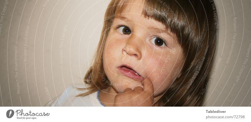 Eine Welt voller Wunder Kind Kleinkind Mädchen Finger Hand Denken verarbeiten Verständnis begreifen Porträt kleinking kleinqueen Gesicht augen nase mund Pony