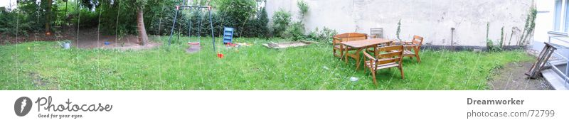 Mein Hinterhof grün Garten Mauer groß Rasen Bauernhof Haus Schaukel Spielplatz Panorama (Bildformat) Hinterhof