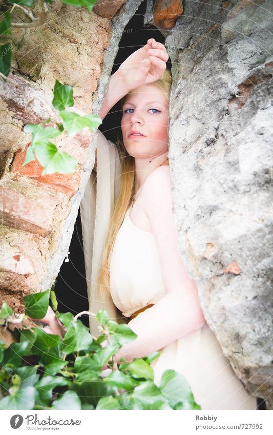 Rapunzel II feminin Junge Frau Jugendliche 1 Mensch 18-30 Jahre Erwachsene Efeu Mauer Wand Fassade Kleid blond Backstein Stein Blick schön Stadt braun grün