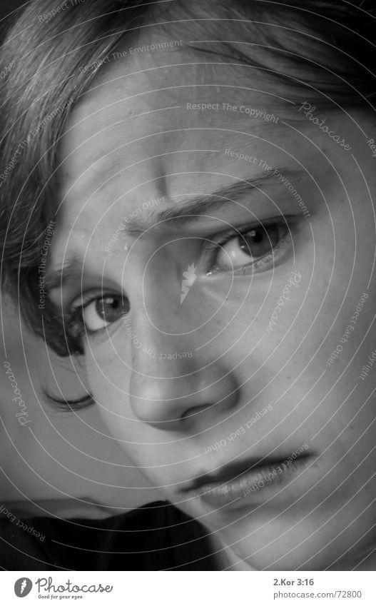 Warum???? Mädchen Verzweiflung Porträt manisch-depressiv Nahaufnahme Schwarzweißfoto Traurigkeit Stirnfalte Sorge Blick in die Kamera Anschnitt Bildausschnitt