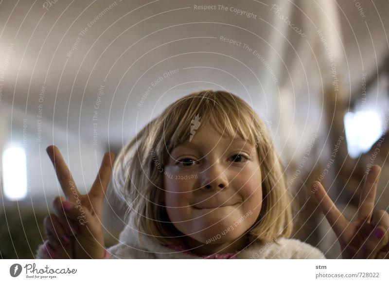 siegerin Mensch Kind Mädchen Freude Leben Gefühle feminin Haare & Frisuren Glück Stimmung Freizeit & Hobby Kraft Zufriedenheit Kindheit blond Erfolg