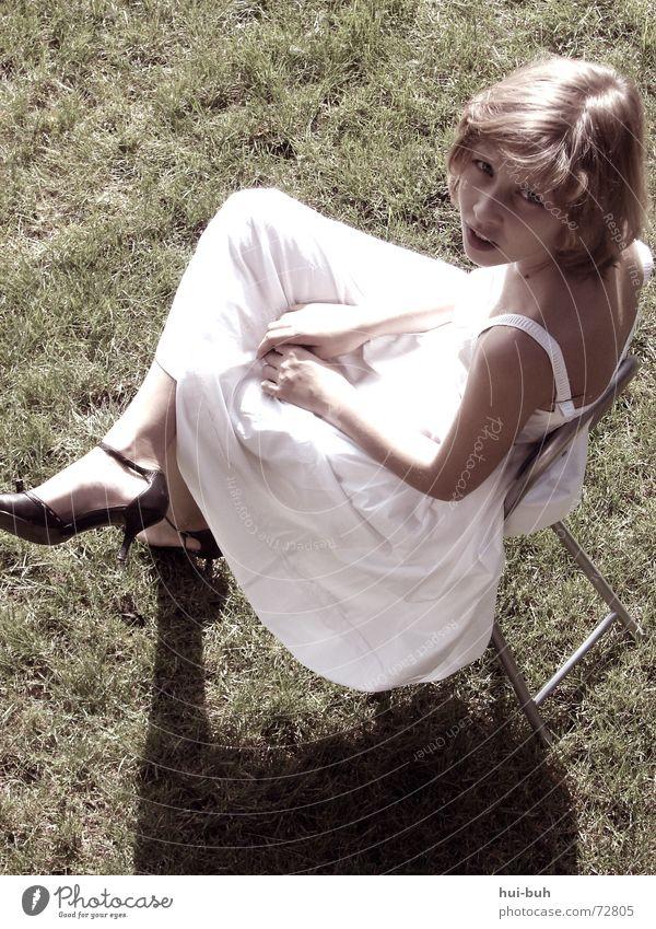 Miss Lady Mensch Frau weiß Baum Mädchen Einsamkeit ruhig Erholung kalt Wärme oben Haare & Frisuren Schuhe Angst sitzen Stuhl