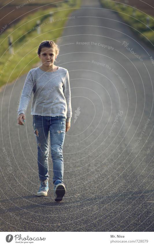 schrittgeschwindigkeit wandern feminin Mädchen 1 Mensch 8-13 Jahre Kind Kindheit Umwelt Straße Wege & Pfade Mode Jeanshose gehen Asphalt Spaziergang Bewegung
