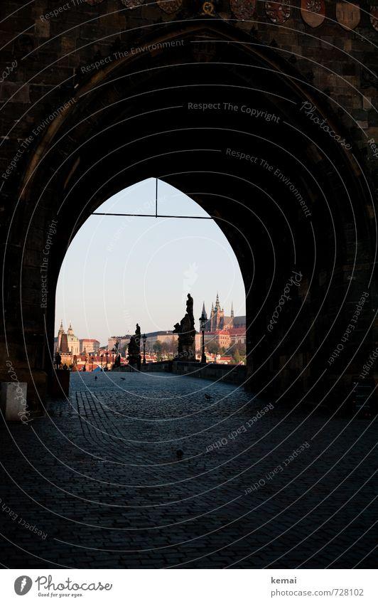 Zur Brücke Ferien & Urlaub & Reisen Tourismus Ausflug Sightseeing Städtereise Prag Karlsbrücke Stadtzentrum Altstadt Bauwerk Architektur Bekanntheit dunkel
