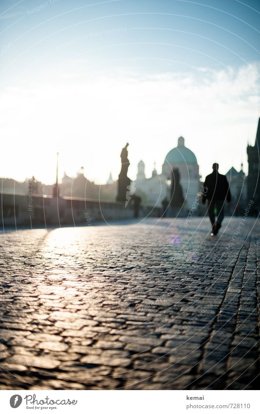 Bridge of light Mensch Mann Stadt ruhig Erwachsene Stein gehen hell maskulin leer Brücke Skyline Denkmal Stadtzentrum Wahrzeichen Statue