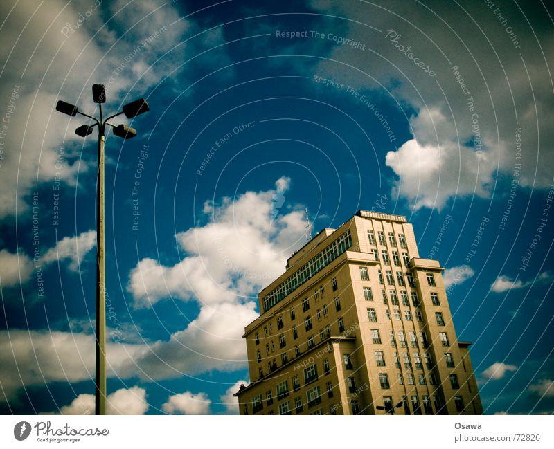 50 Laterne Straßenbeleuchtung Haus Gebäude Hochhaus Zucker Sozialismus Wolken himmelblau Friedrichshain Berlin strausberger platz stalinallee zuckerbäcker DDR