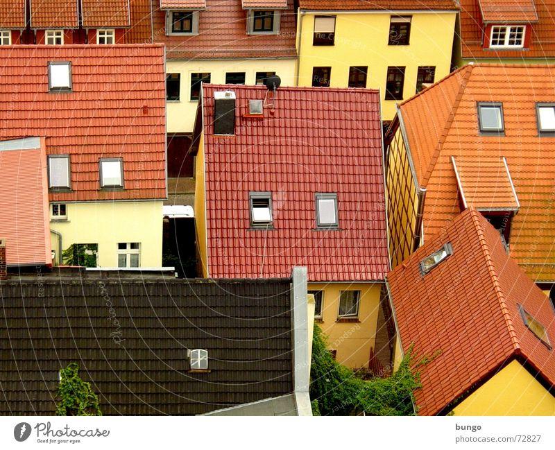 veni ut abdere ludamus Stadt rot Haus gelb Straße Wand Fenster Mauer braun Wohnung verrückt trist Dach Dorf Backstein Vogelperspektive