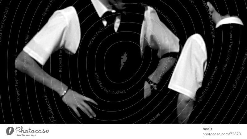 Server_03 Kellner Restaurant Aktion Dienstleistungsgewerbe Hand Hemd weiß Mann sprechen gestikulieren 2 Schwarzweißfoto Kontrast Blick kredenzen Glas Arme