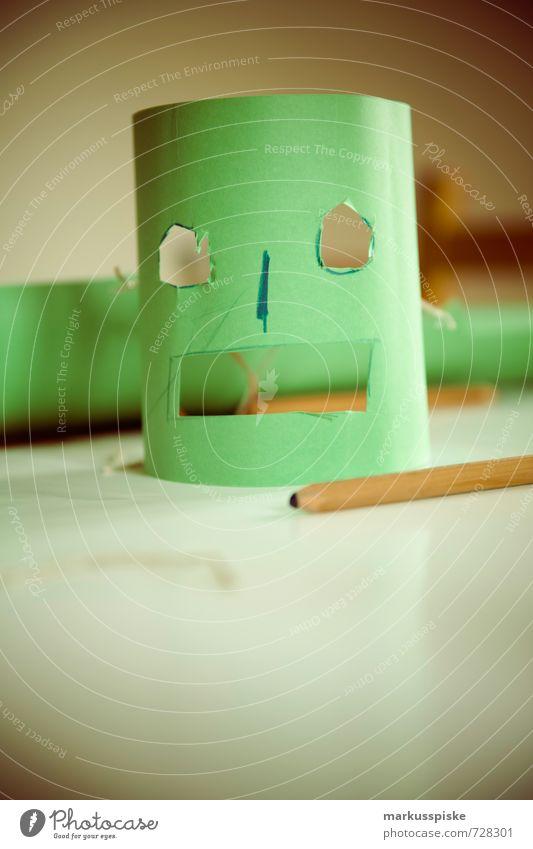 kindergarten basteln Kind grün Freude Spielen Glück Arbeit & Erwerbstätigkeit Angst bedrohlich Kreativität lernen Papier planen gruselig Gesichtsausdruck Maske