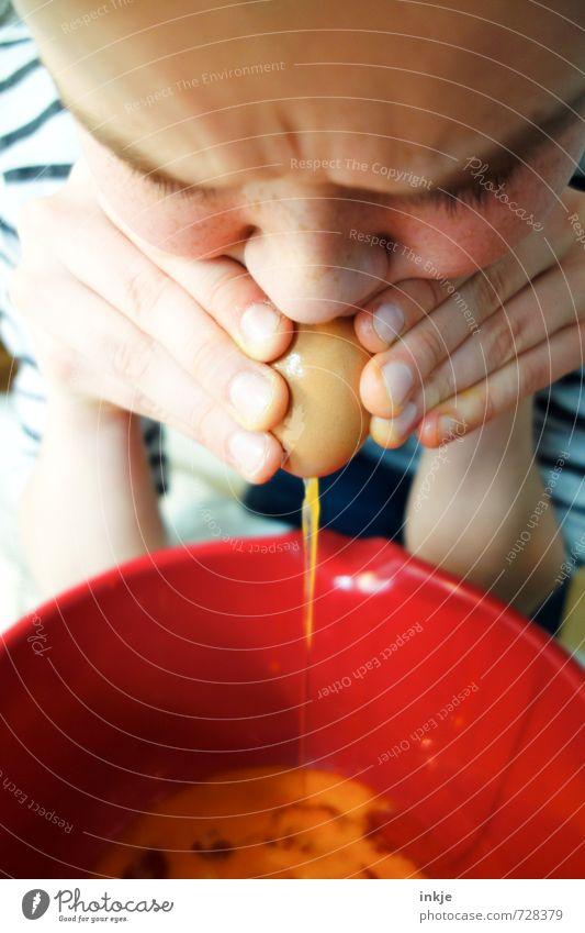Kind pustet Ei aus Eigelb Eiergerichte Hühnerei Freizeit & Hobby Spielen Basteln Ostern Junge Kindheit Jugendliche Leben Gesicht Hand 1 Mensch 8-13 Jahre