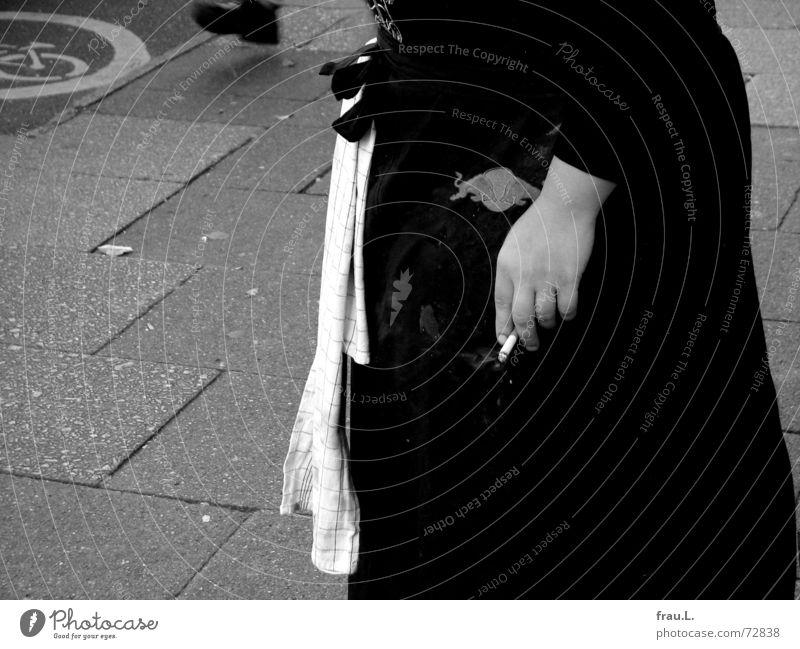 Zigarettenpause Frau Hand Erholung Straße Fuß Arbeit & Erwerbstätigkeit dreckig Pause Rauchen Junge Frau Gastronomie Bürgersteig Dienstleistungsgewerbe Café Restaurant Zigarette