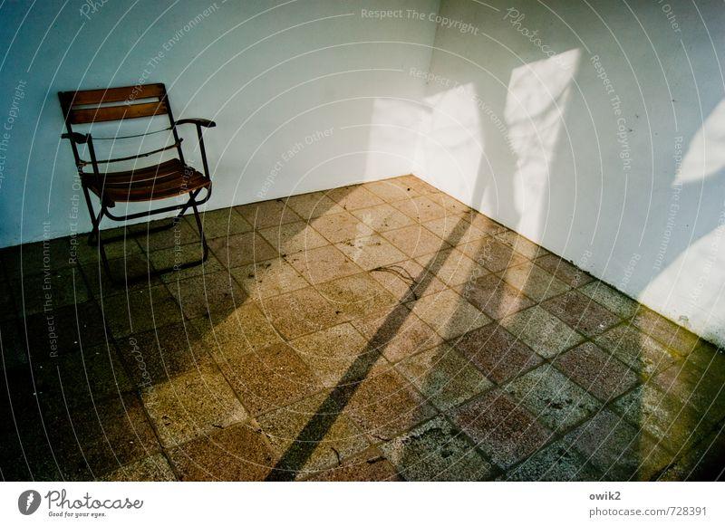 Urlaubsplatz Ferien & Urlaub & Reisen Baum Ast Mauer Wand Bodenplatten Terrasse Klappstuhl Campingstuhl Stein Erholung stehen warten Gelassenheit ruhig
