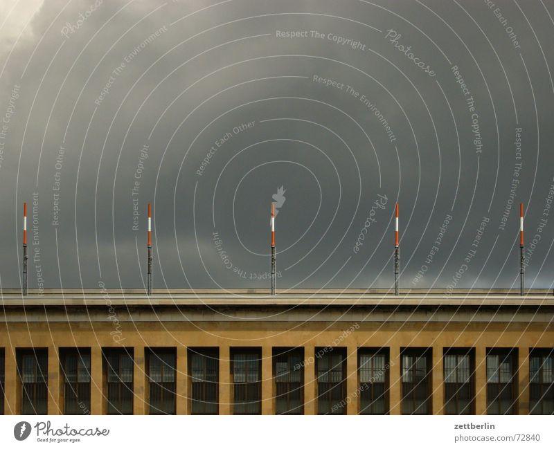 Sonne (hinter den Wolken) Fenster Gebäude Fassade 5 Flughafen Strommast Gewitter Lagerhalle Antenne drohend Fensterfront Unwetterwarnung Wolkenwand