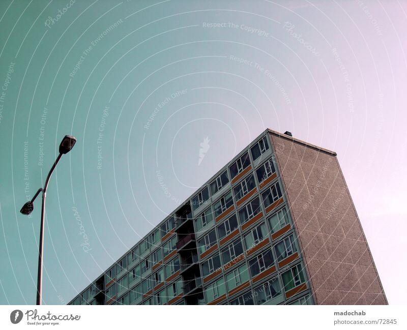 BABY Haus Hochhaus 2 Laterne Fenster Götter Himmel rot braun Grossstadtromantik Block Klotz Ghetto Zusammensein Partnerschaft Beton Situation Wachstum träumen