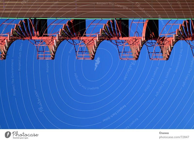 Kraftwerk 1 Himmel blau oben Bewegung braun Treppe Industriefotografie aufwärts Schönes Wetter Geländer abwärts himmelblau Wendeltreppe Trapezblech