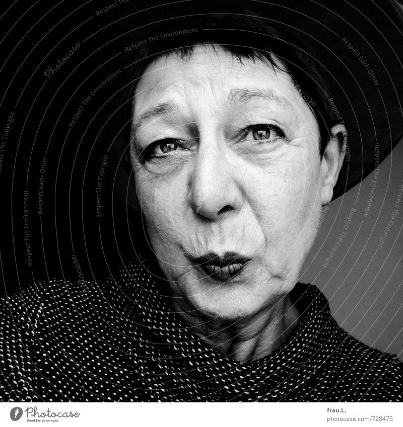 zickig Mensch feminin Frau Erwachsene Weiblicher Senior Gesicht 1 60 und älter Pullover Hut alt Blick einzigartig Leben Neid uneinig gereizt Schnute Falte