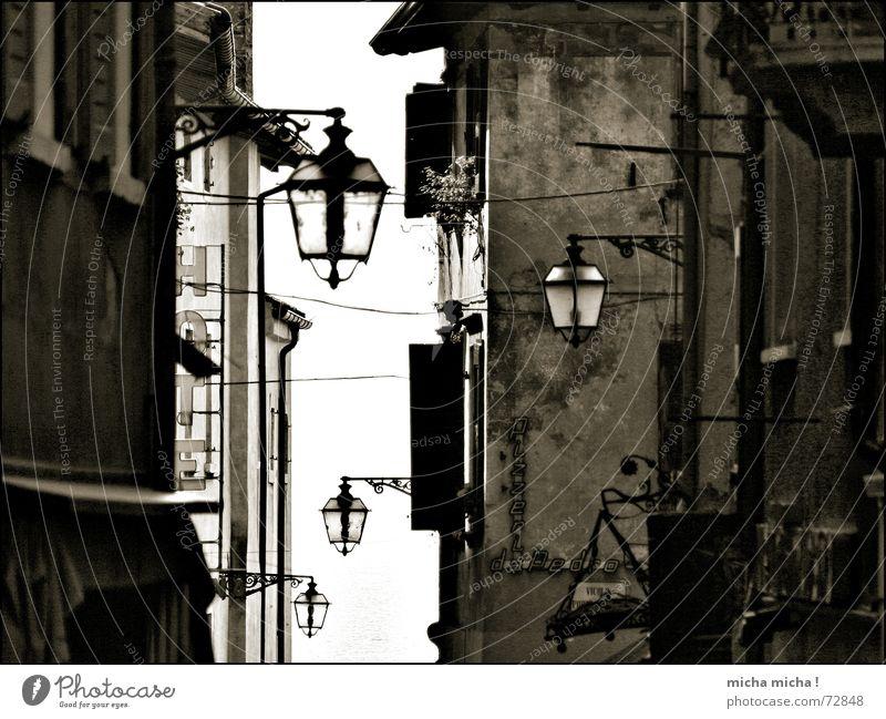 Ein Hauch von Mittelalter Gasse Italien Gardasee Lampe Fassade eng Licht Fenster Markise gestern lichtstreif Schwarzweißfoto mediteran verschnörkelt Schatten