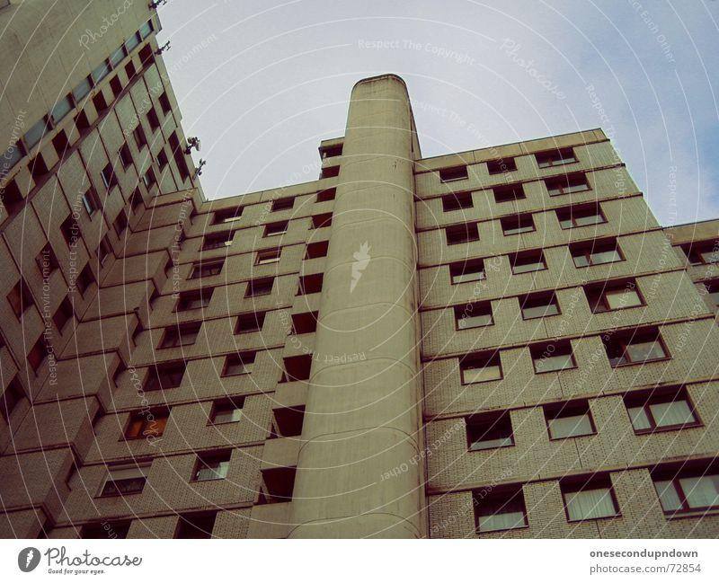 der weiße riese Koloss Hochhaus Beton grau Fahrstuhlschacht Etage groß mehrstöckig Plattenbau Himmel Wolken Stadt Fenster Blick betonwüste orange high big hoch