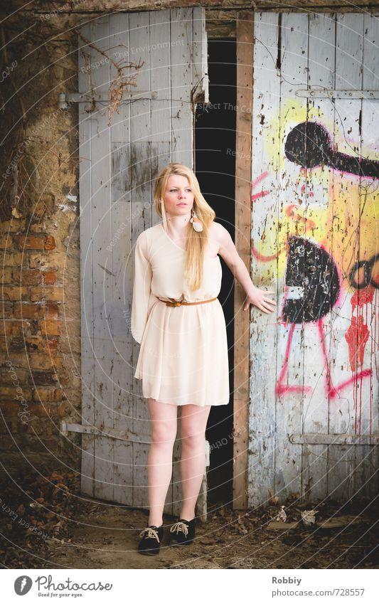 la porte I Junge Frau Jugendliche 1 Mensch 18-30 Jahre Erwachsene Graffiti Mauer Wand Fassade Tür Kleid blond festhalten Blick stehen trendy schön Neugier Stadt