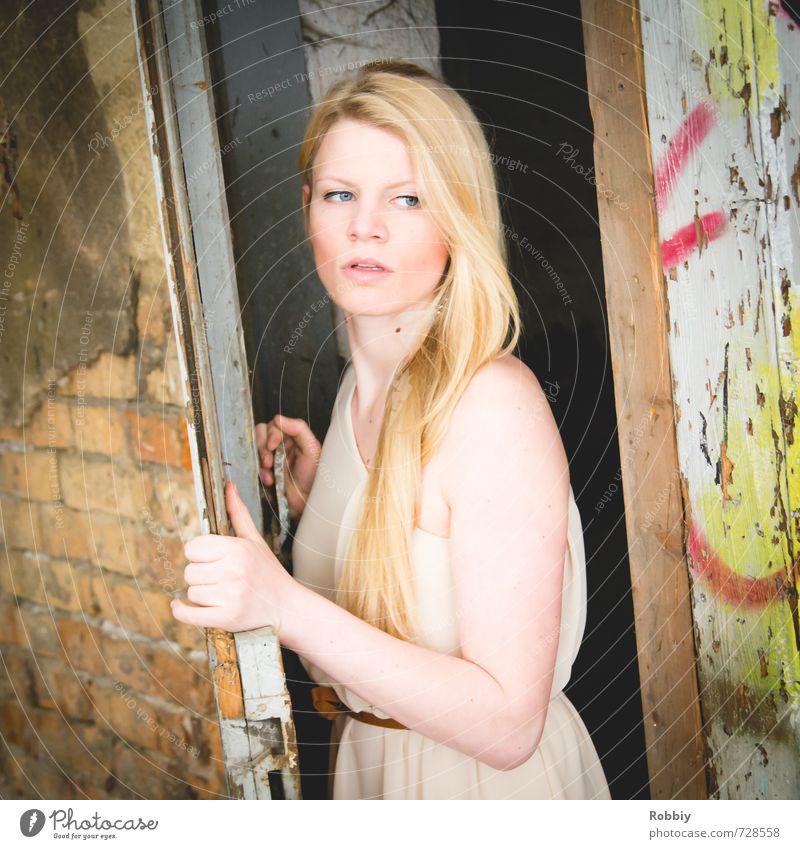 la porte II feminin Junge Frau Jugendliche 1 Mensch 18-30 Jahre Erwachsene Mauer Wand Fassade Tür Kleid blond langhaarig beobachten entdecken festhalten Blick