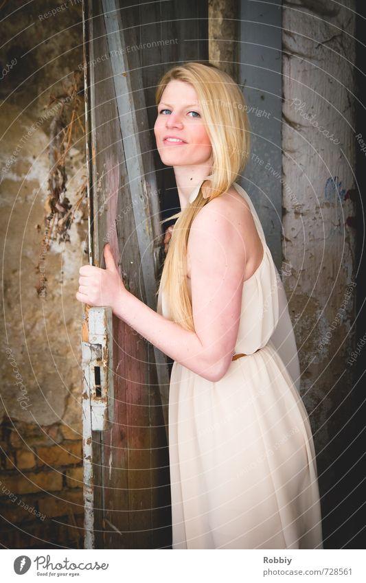 la porte III feminin Junge Frau Jugendliche 1 Mensch 18-30 Jahre Erwachsene Mauer Wand Fassade Tür Kleid blond langhaarig festhalten Lächeln Blick
