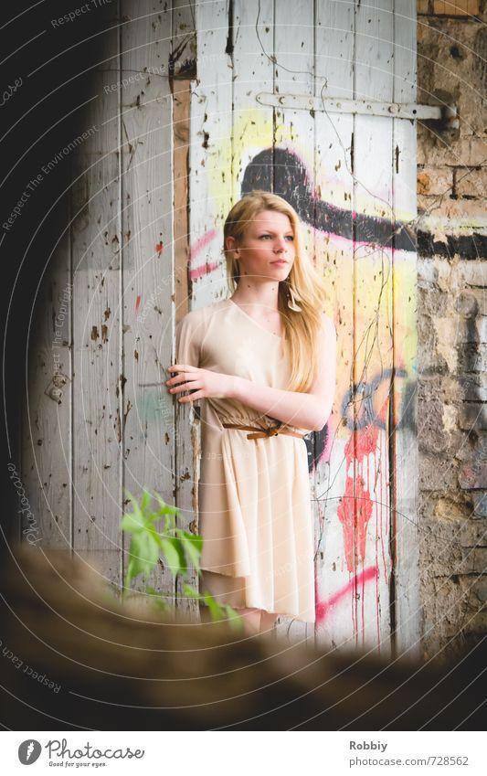 la porte IV feminin Junge Frau Jugendliche 1 Mensch 18-30 Jahre Erwachsene Mauer Wand Fassade Tür Kleid blond langhaarig Blick schön Neugier Stadt verstecken