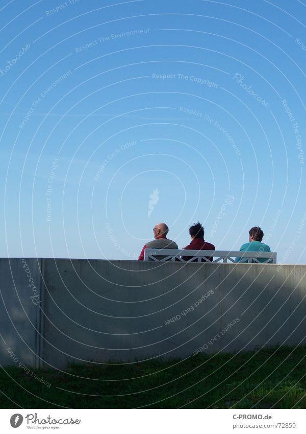 Senioren-Promenade Mensch Frau Himmel Mann blau alt Ferien & Urlaub & Reisen grün Meer Strand Freude ruhig Erholung Wiese Menschengruppe