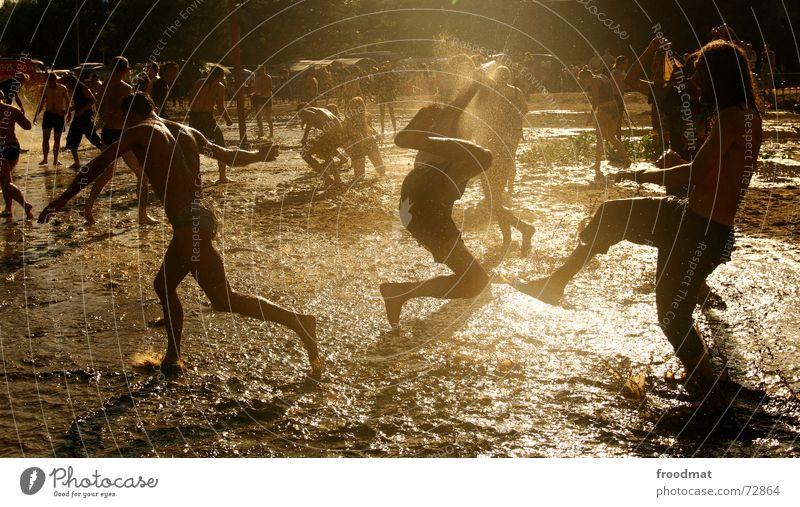 Schlammschlacht Mensch Jugendliche Wasser Sommer Sonne Freude Freiheit lustig springen Schwimmen & Baden Wildtier dreckig Aktion verrückt Fröhlichkeit