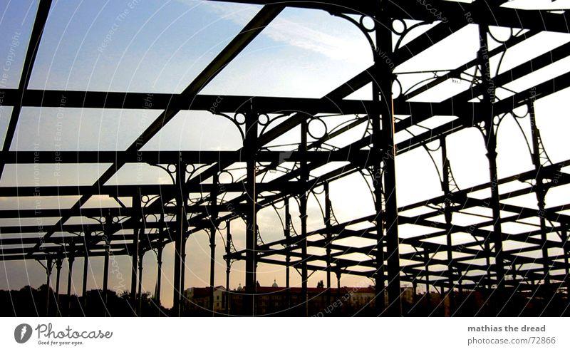 zerfall Himmel alt Sonne Park offen kaputt Stahl Baugerüst Friedrichshain gekreuzt Stahlträger