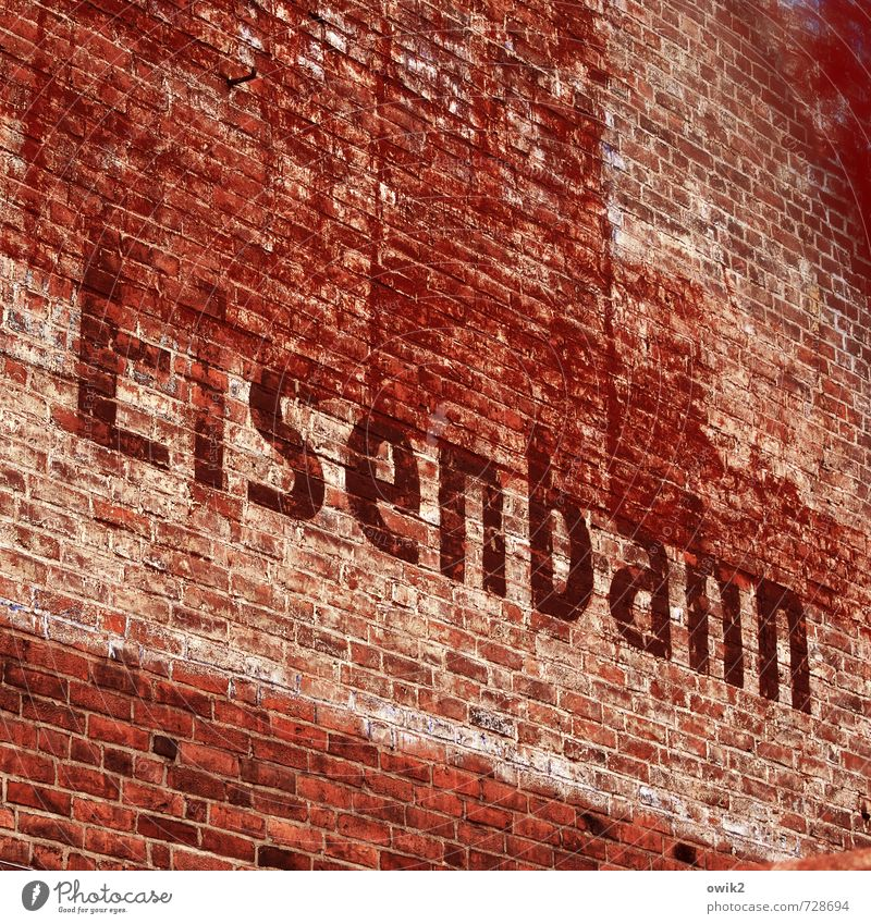 Höchste alt rot Wand Gebäude Mauer Deutschland Fassade Verkehr groß Perspektive Schriftzeichen hoch einfach Eisenbahn Neigung historisch