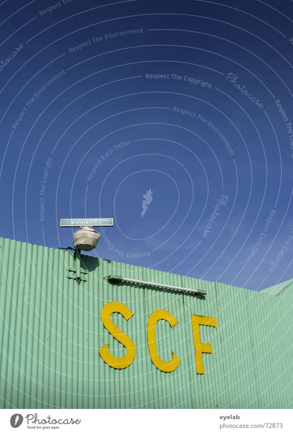 SCF is watching you ! V1.3 Himmel blau gelb Gebäude Wasserfahrzeug Metall Flugzeug Luftverkehr Industriefotografie türkis Lagerhalle Neonlicht Navigation