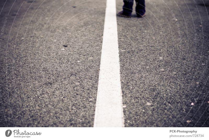 Borderline Platz Fußgänger ruhig Symmetrie Stadt Wege & Pfade Asphalt Parkplatz grau Beton Linie Haltestelle Kinderfuß warten stehen Muster Strukturen & Formen