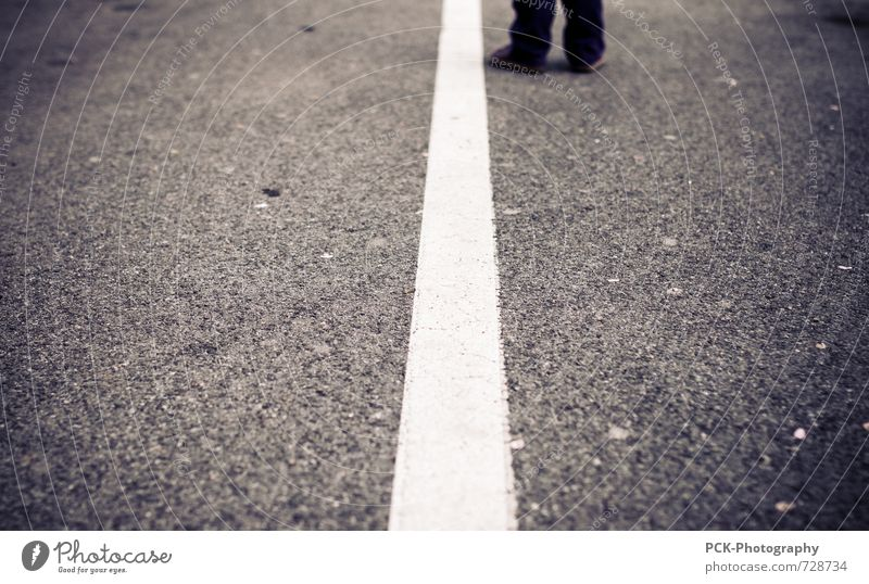 Borderline Stadt ruhig Wege & Pfade grau Linie Stadtleben warten stehen Platz Beton Bodenbelag Asphalt Teile u. Stücke Parkplatz Symmetrie Hälfte