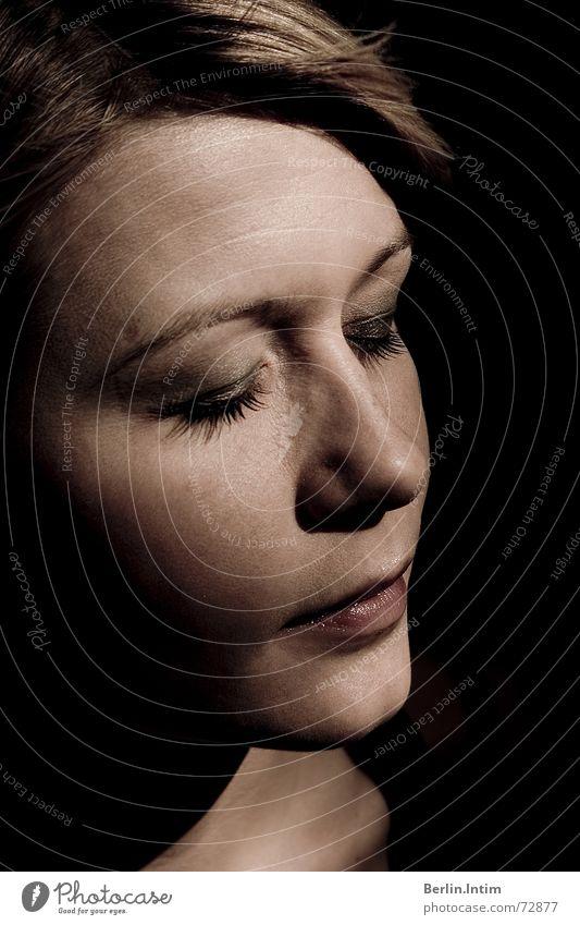 Intense Frau schön Auge Farbe träumen Nase Lippen genießen Glamour Photo-Shooting Porträt