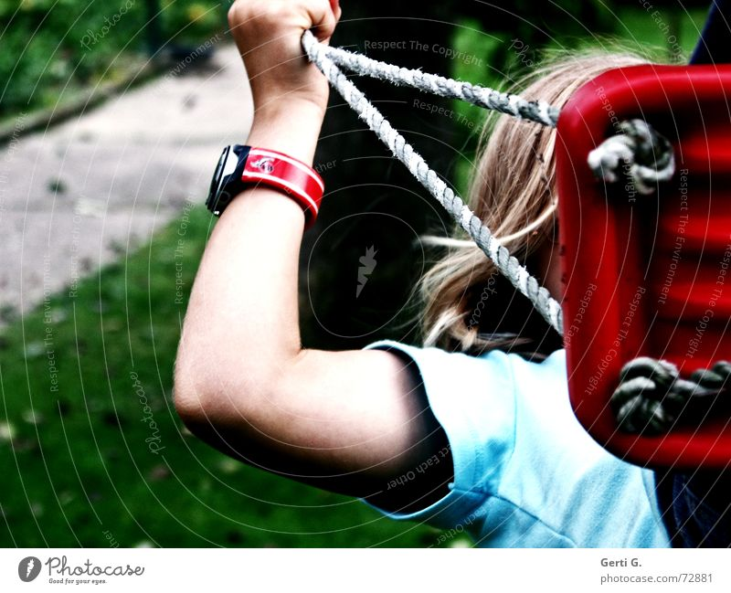 sich hochschaukeln Mensch Kind Hand Mädchen rot Freude Wiese Spielen Haare & Frisuren Arme blond Freizeit & Hobby Seil Uhr T-Shirt Rasen