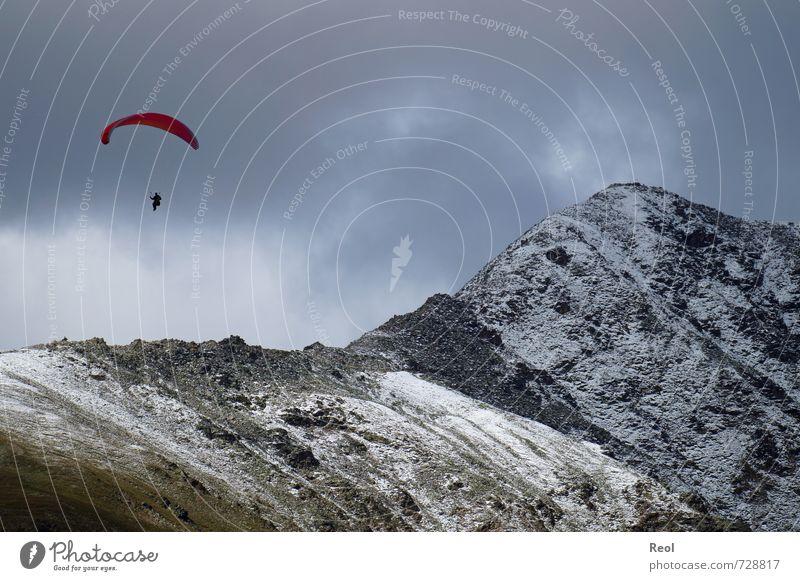 Hoch hinaus Gleitschirmfliegen Mensch Körper Umwelt Landschaft Wolken Sommer schlechtes Wetter Alpen Berge u. Gebirge Gipfel Schneebedeckte Gipfel Luftverkehr